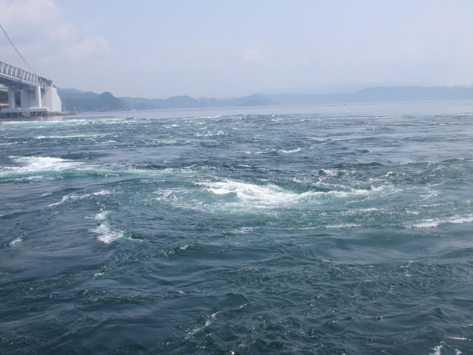 鳴門の渦潮は船から見る?歩いて見る?